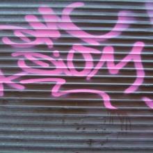 Как отмыть граффити на стенах?